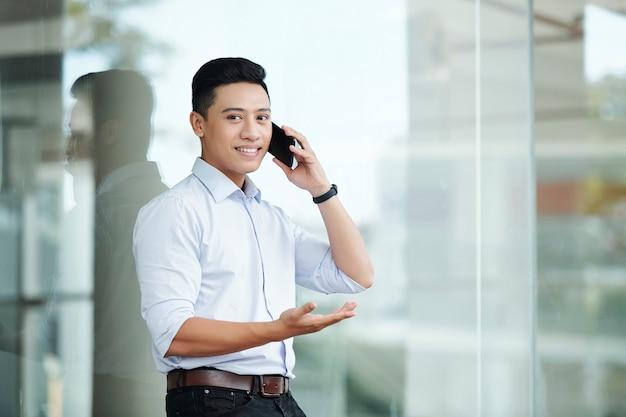 Uomo d'affari sicuro che chiama sul telefono