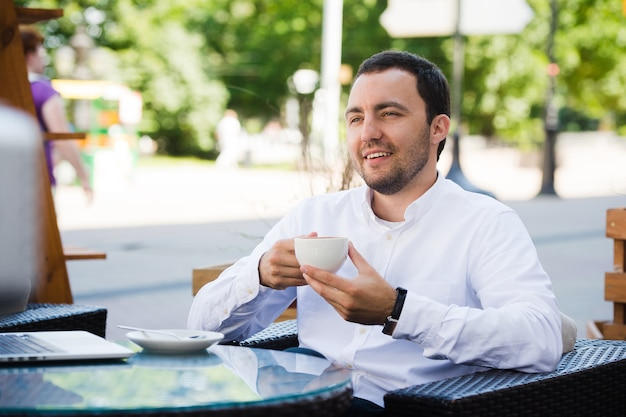 Uomo d'affari sicuro che gode di una tazza di caffè