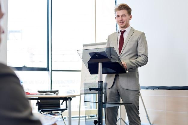 Uomo d'affari sicuro che dà discorso