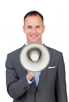 Uomo d'affari sicuro che tiene un megafono