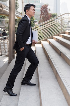 Fiducioso uomo d'affari intensificando il successo