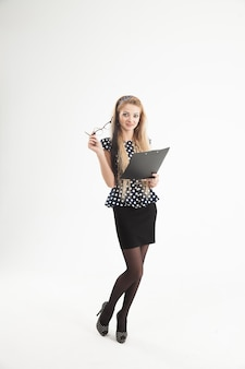 Amministratore femminile fiducioso in bicchieri con documenti