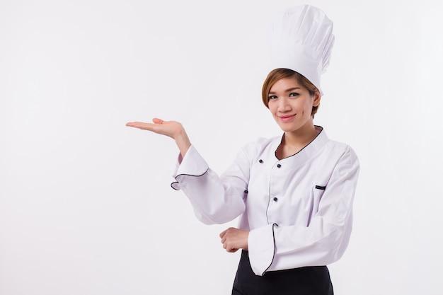 Fiducioso chef femminile su uno sfondo bianco