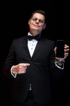 Uomo d'affari elegante sorridente bello fiducioso con farfallino in bicchieri