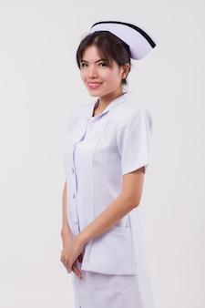 Infermiera asiatica sorridente felice sicura della donna?