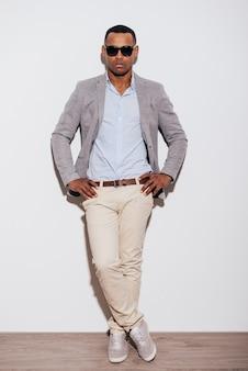 Fiducioso nel suo look perfetto. integrale del giovane africano sicuro in occhiali da sole