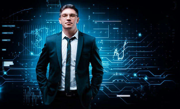 L'uomo sicuro sta levandosi in piedi in un vestito di affari sullo sfondo di un ologramma di borsa. agente di borsa e commerciante. investimento aziendale.