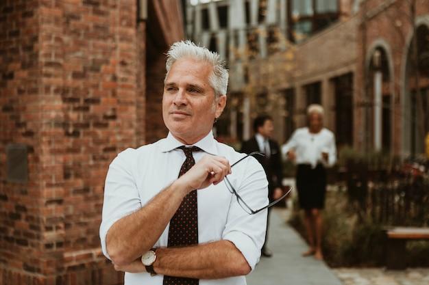 Fiducioso uomo d'affari maturo in città