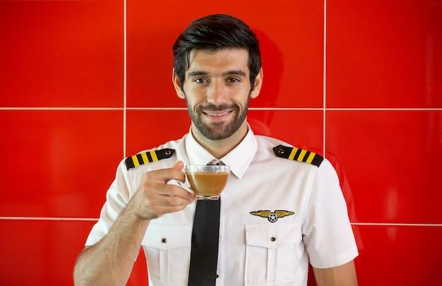 Pilota fiducioso davanti al jet privato