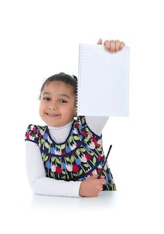 Fiducioso schoolgirl con compiti fatti isolati su sfondo bianco