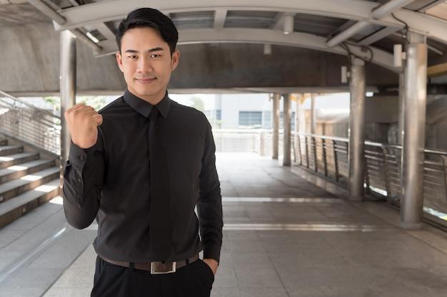 Uomo d'affari asiatico sicuro, forte e di successo