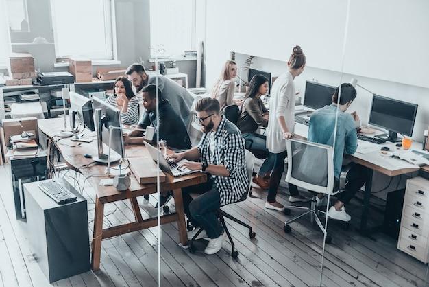 Squadra sicura e vincente. riunione del team aziendale in ufficio