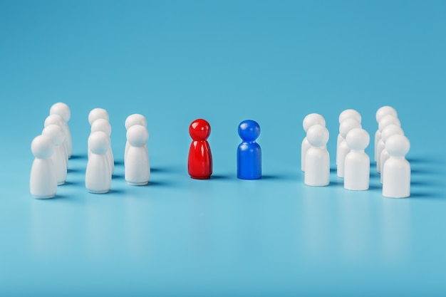 Il conflitto tra due aziende e un'azienda, la rivalità tra i leader in blu e rosso porta un gruppo di impiegati bianchi a competere, il reclutamento del personale.