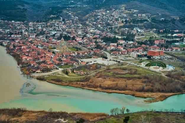 La confluenza di due fiumi nella città di mtskheta in georgia