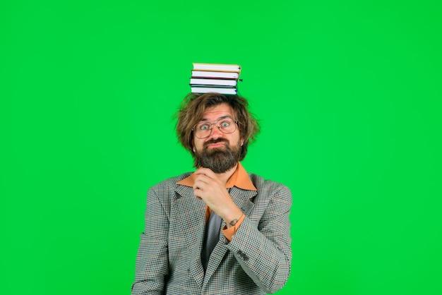 Imprenditore confuso impiegato amministratore delegato uomo d'affari barbuto con libri sul concetto di sede centrale disordinato