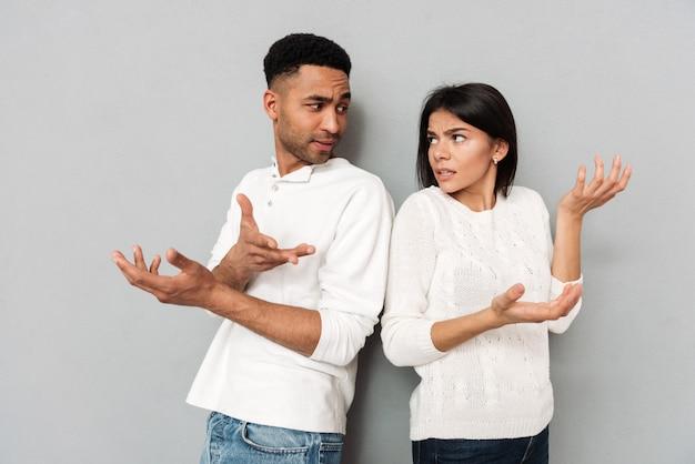 Coppie amorose confuse che gesturing con le mani