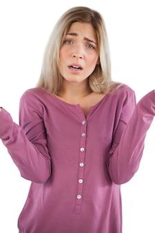 Giovane donna confusa che guarda l'obbiettivo