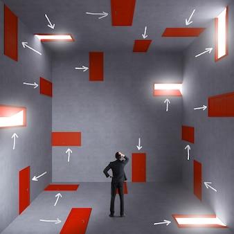 Confusione e complessità con un uomo d'affari in una stanza piena di porte e scale. concetto di burocrazia e stress