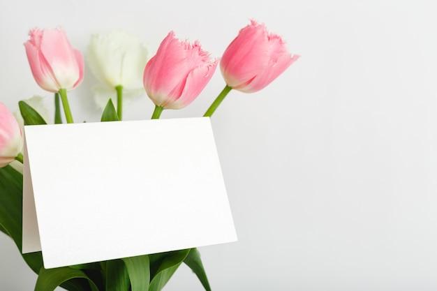Biglietto di congratulazioni in bouquet di tulipani rosa
