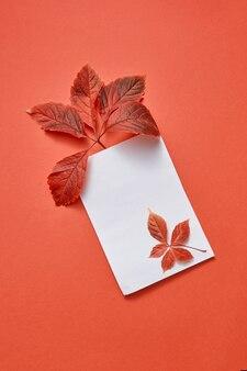 Cartolina di congratulazioni da foglie autunnali colorate e foglio di carta vuoto