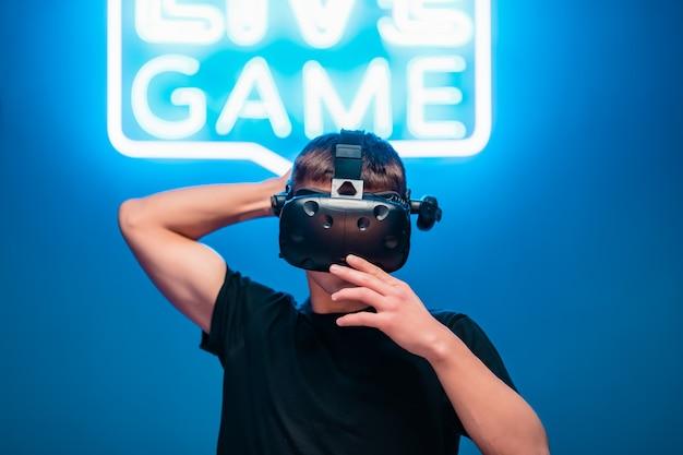 Collegamento di una persona a internet. realtà virtuale in una stanza al neon.