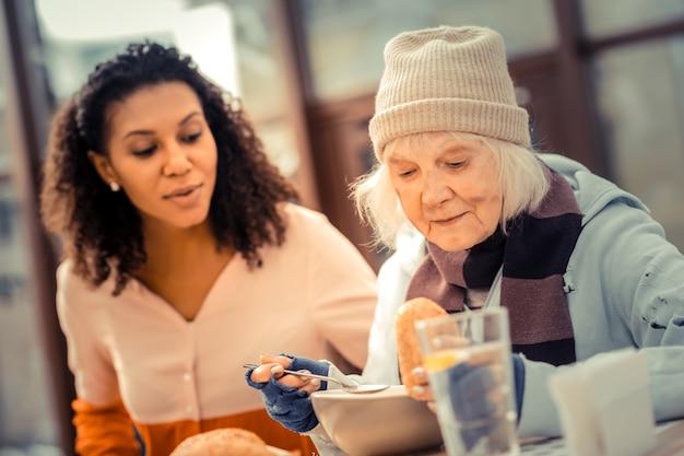 Fame costante. bella donna senior guardando il cibo mentre si pranza nella caffetteria