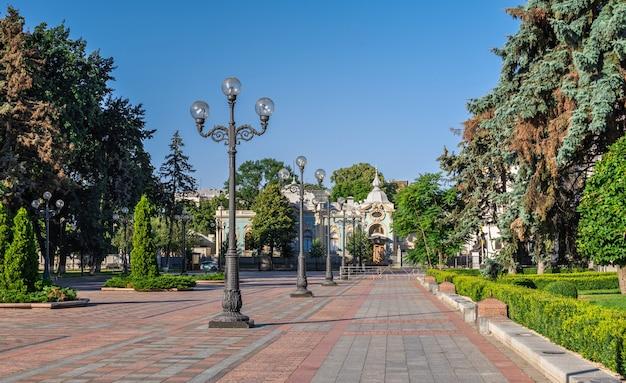 Piazza della costituzione vicino al consiglio supremo dell'ucraina a kiev, ucraina, in una soleggiata mattina d'estate