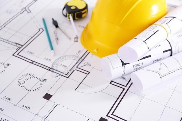 Cianografie di costruzione con strumenti e primo piano del casco