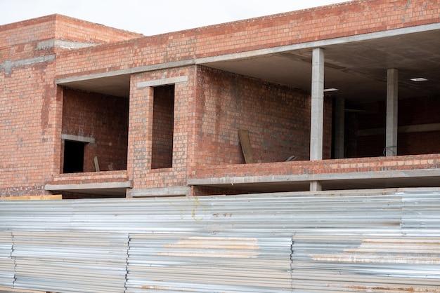 Costruzione di un edificio in mattoni utilizzando colonne. foto di alta qualità