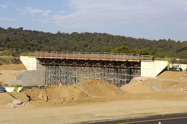 Costruzione di un ponte sull'autostrada