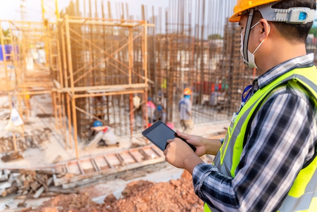 Ingegnere civile o architetto edile con elmetto protettivo in cantiere