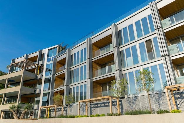 Le società di costruzioni hanno preparato le facciate dell'edificio per la stagione turistica.