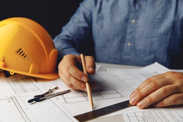 Architetto del concetto di costruzione che lavora al progetto
