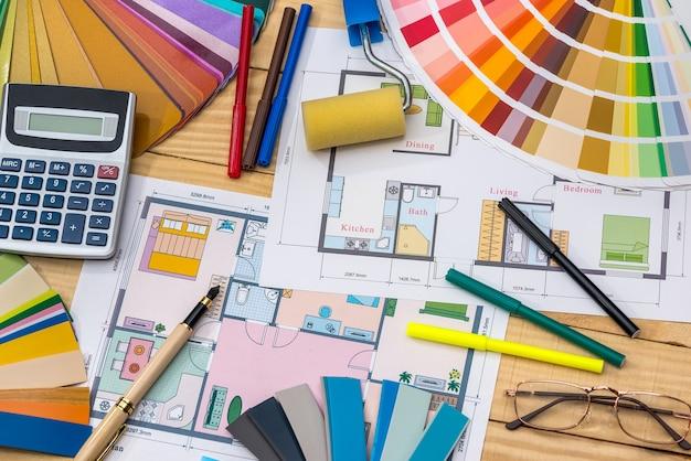 Concetto di costruzione: piano, campioni di colore, rullo, calcolatrice