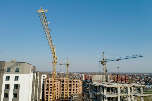 Costruzione e costruzione di grattacieli, industria delle costruzioni con attrezzature di lavoro e lavoratori. vista dall'alto, dall'alto. sfondo e trama