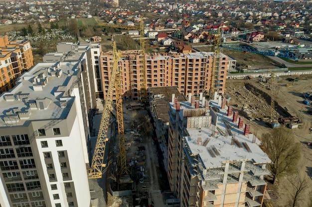 Costruzione e costruzione di grattacieli, industria edile con attrezzature da lavoro e operai.