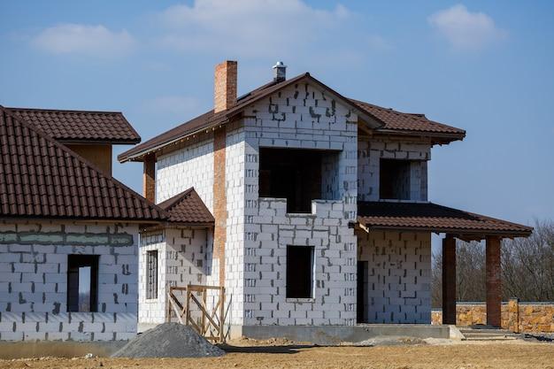 Costruzione di una casa di campagna a due piani da un blocco di gas
