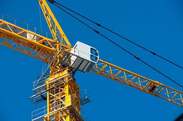 Fine della cabina della gru di costruzione in su contro il cielo blu