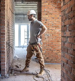 Un elettricista edile taglia un cavo di tensione durante una riparazione.