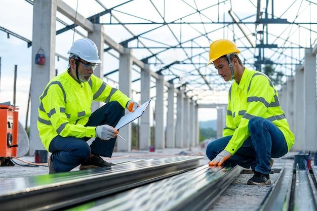 L'ingegnere edile sta verificando l'accuratezza della struttura in acciaio prima di utilizzare la struttura per la costruzione in cantiere.