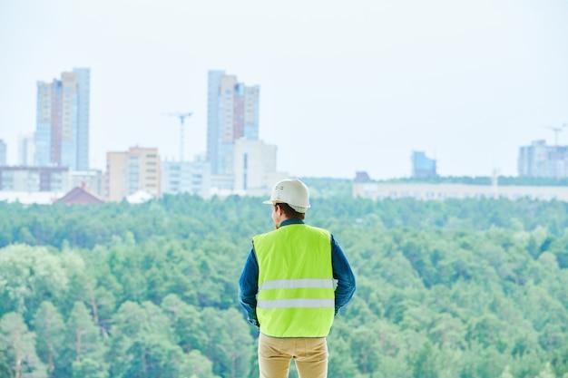 Ingegnere di costruzione che sceglie posto per costruire