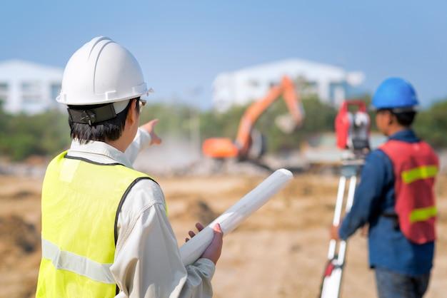 Ingegnere di costruzione hodling disegno di costruzione con caposquadra sul sito