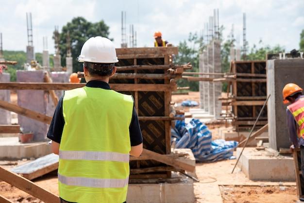 Lavori di costruzione di progresso di ispezione dell'ingegnere di costruzione