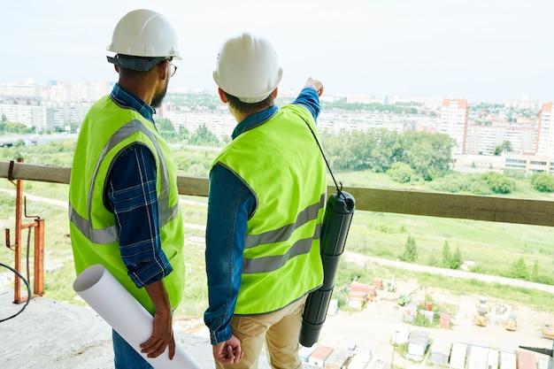 Ingegneri edili che contemplano il prossimo quartiere residenziale