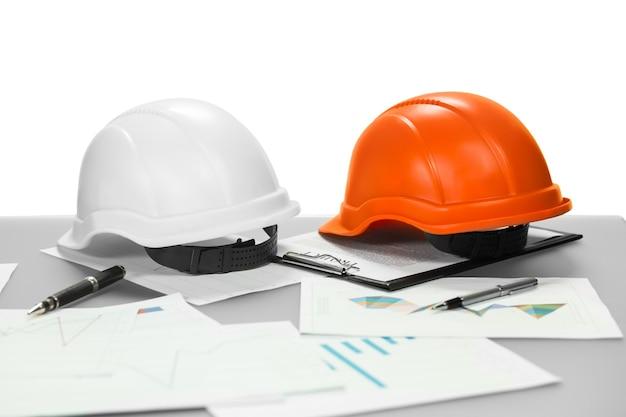 Elmi e documenti di costruzione. il manager è già andato via. indossalo per sicurezza. familiarizzare con il progetto.