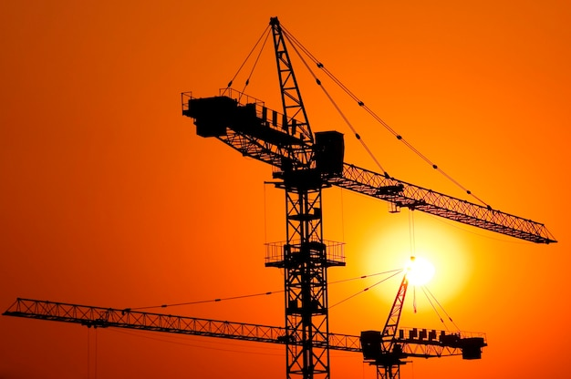 Costruzione di un grande progetto di edilizia abitativa al tramonto.