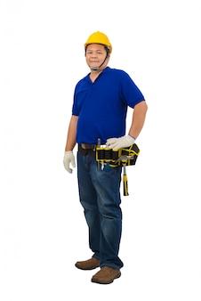 Lavoratori dell'uomo della costruzione in camicia blu con i guanti protettivi, casco con la cinghia dello strumento isolata su bianco