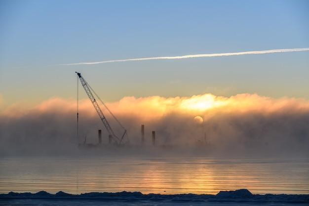 Costruzione opere marine offshore. costruzione di dighe, gru, chiatta, draga. costruzione frangiflutti.