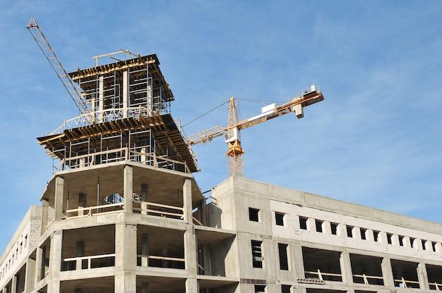 La costruzione di un moderno edificio in cemento armato