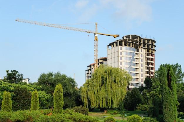 Costruzione di un edificio multipiano in una posizione pittoresca.